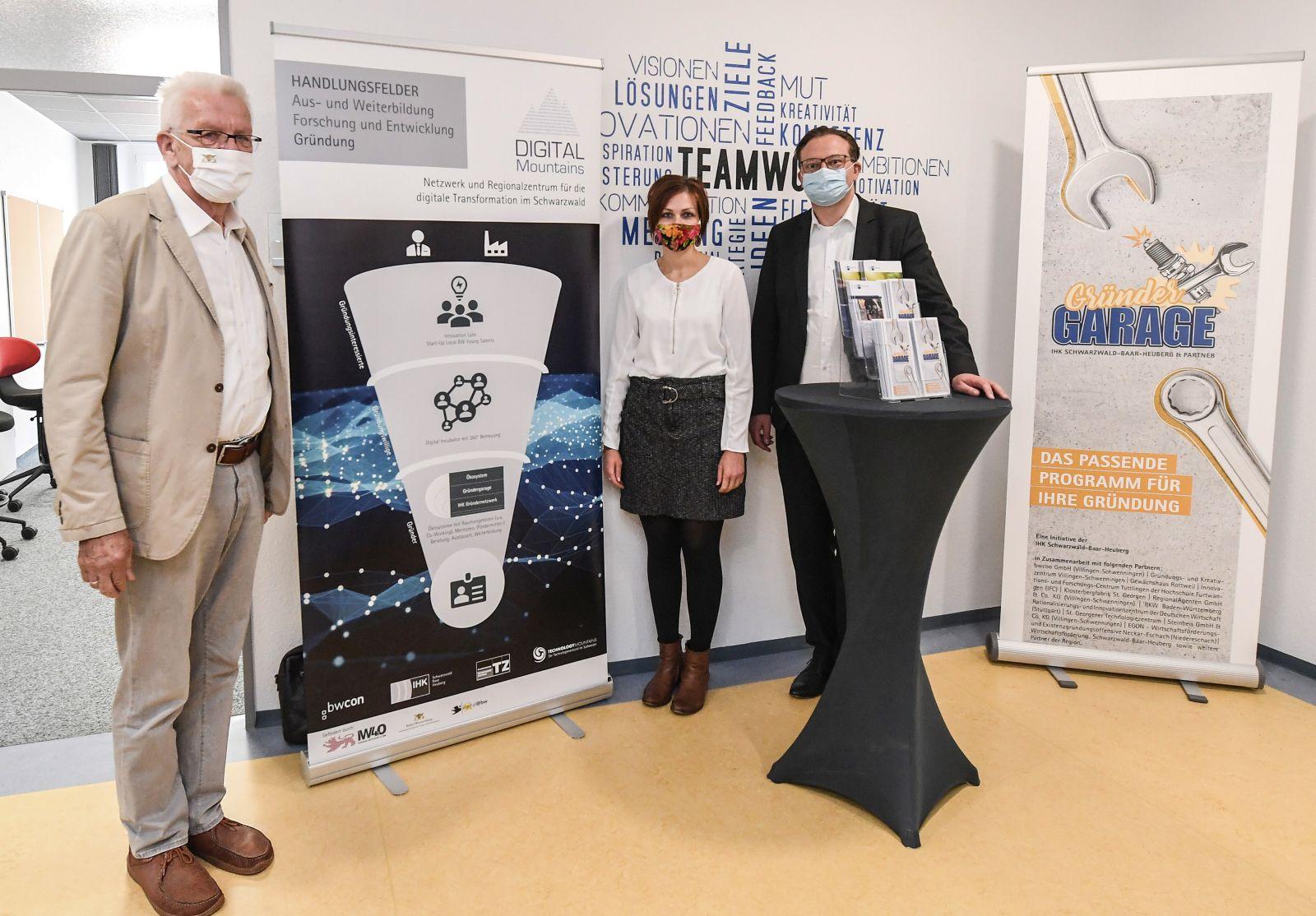 Marlene Hauser und Thomas Wolf stellen Ministerpräsident Winfried Kretschmann auf seiner Sommertour durch das Land das neue Gründungsprogramm für die Region vor.  Foto: IHK