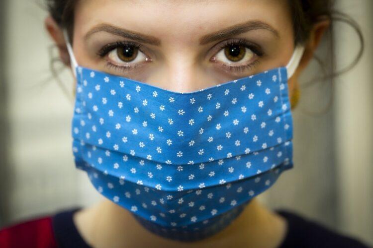 In Arztpraxen herrscht die Pflicht, eine Alltagsmaske zu tragen. Symbol-Bild von Christo Anestev auf Pixabay