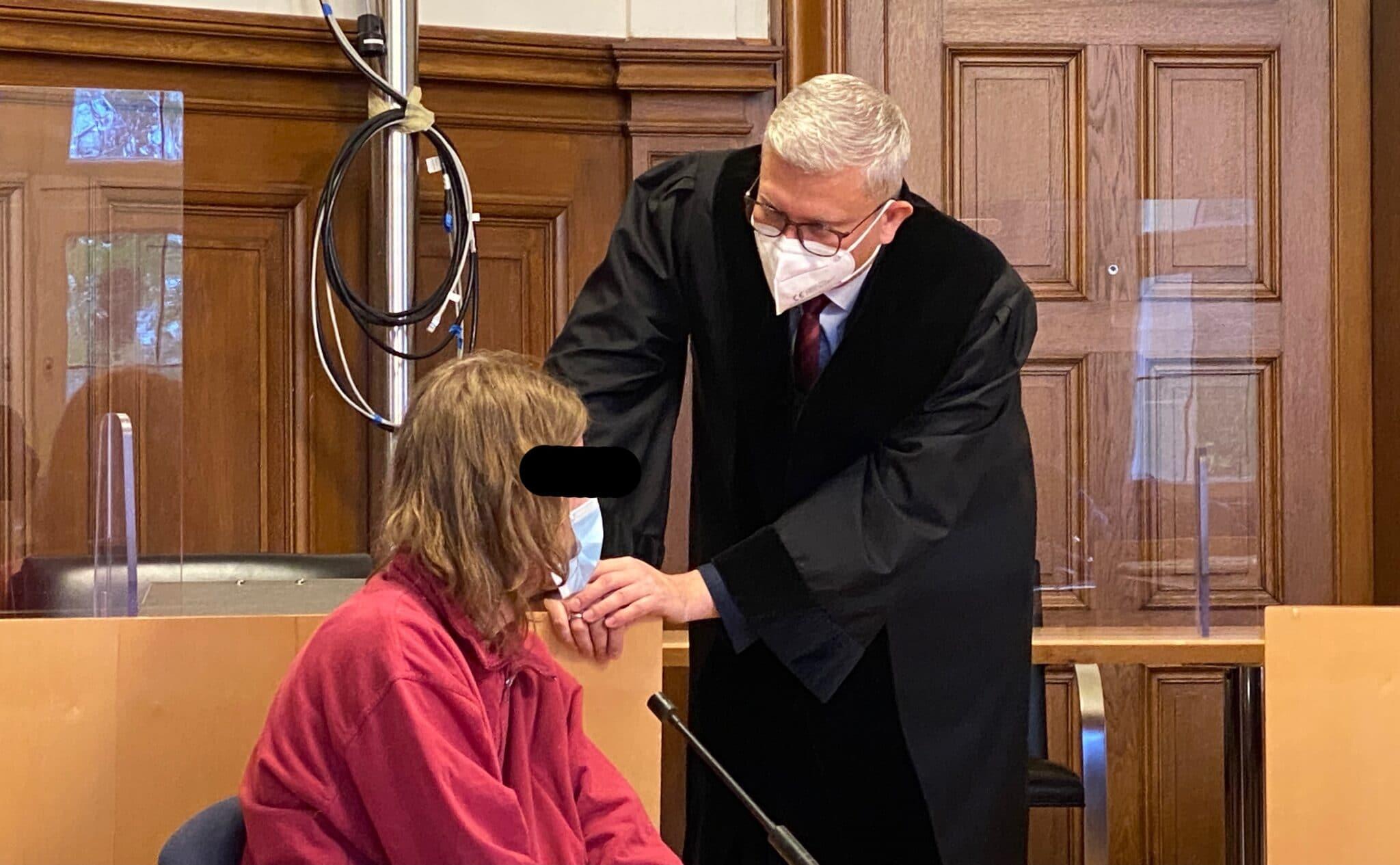 Verurteilt: der Erpresser, hier mit seinem Pflichtverteidiger. Foto: gg
