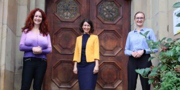 Sonja Rajsp, Dorothee Eisenlohr und Annette Reif (von links) vor dem Rathaus. Foto: pm