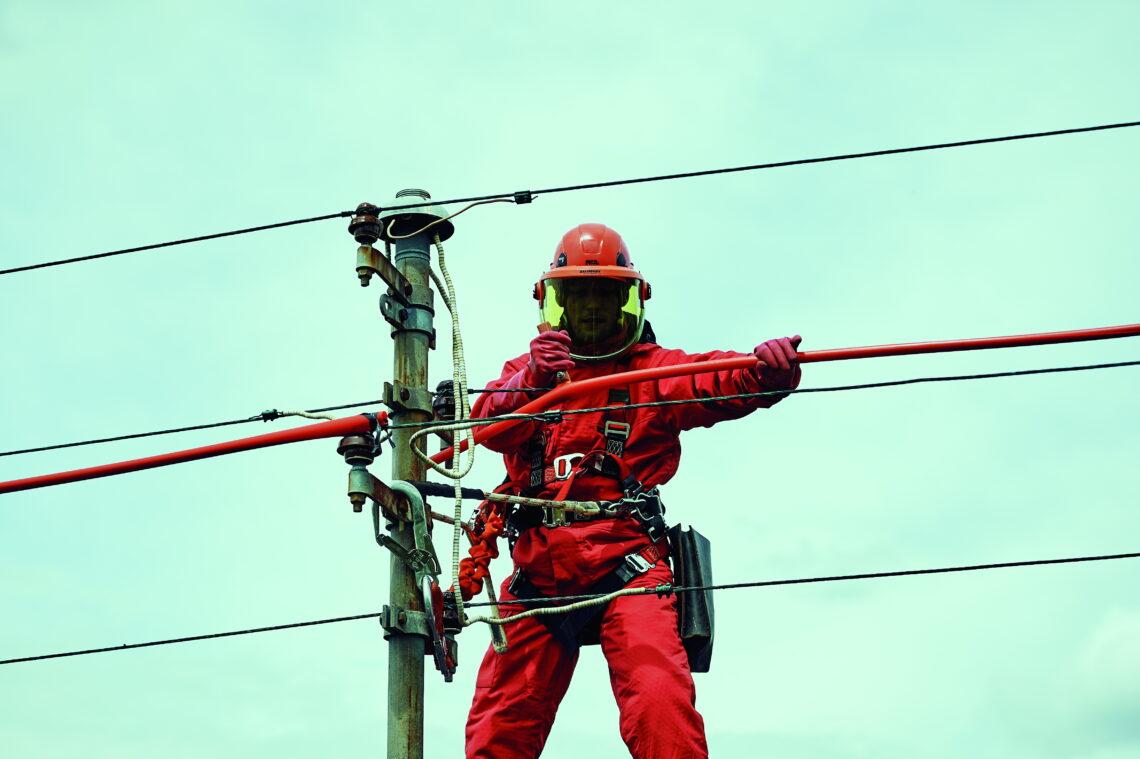 Strom-Monteur der ENRW bei Arbeiten an einer Freileitung. Foto: pm