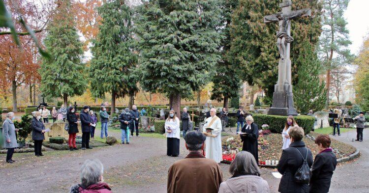 Oekumenische Andacht an Allerheiligen auf dem Rottweiler Stadtfriedhof. Foto: Berthold Hildebrand