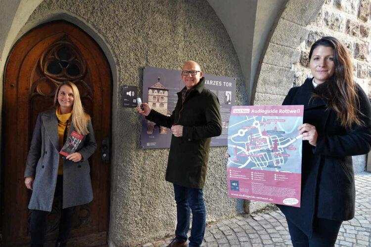 Testen am Schwarzen Tor den neuen Audioguide der Stadt Rottweil (von links): Simone Strasser, Abteilung Tourismus, OB Ralf Broß und Wirtschaftsförderin Ines Gaehn. Foto: Stadt Rottweil