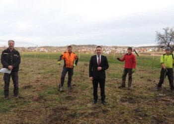 Bürgermeister Schumacher besucht gemeinsam mit Revierleiter Unglaube die Dunninger Forstwirte, um sich die gerade fertig gewordene Pflanzarbeit anzuschauen.Foto: pm