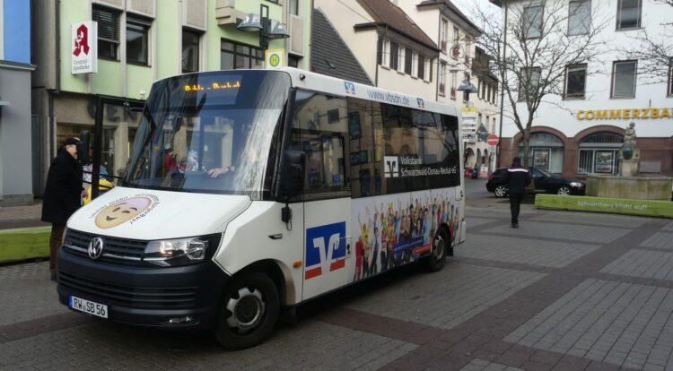Der Bürgerbus wartet vor dem Rathaus auf Fahrgäste. Archiv-Foto: him