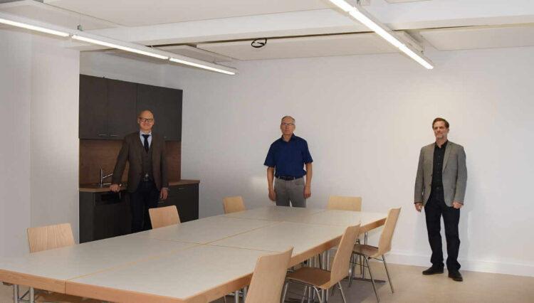 Oberbürgermeister Ralf Broß, Zepfenhans Ortsvorsteher Eugen Mager und Alexander Butterweck von der Stadtbau Rottweil (von links) freuen sich über den renovierten Gemeinschaftraum im Rathaus Zepfenhan. Foto: Stadt Rottweil