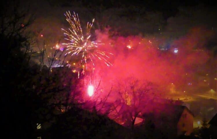 Silvesterfeuerwerk2020:Schön anzuschauen, aber dichte Rauchchwaden liegen über de Talstadt.... Archiv-Foto: him