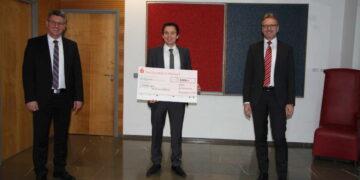 Von links: Christian Kinzel (stv. Vorstandsvorsitzender, Andreas Banholzer (VFB Bösingen) und Matthäus Reiser (Vorstandsvorsitzender. Foto: KSK