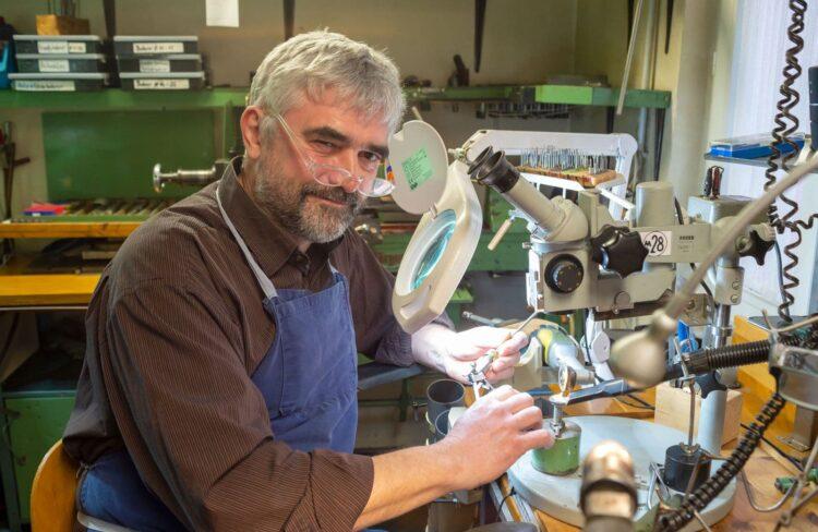 Boris Bühler an Lupe und Mikroskop. Foto: MedicalMountains