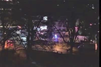 Die Polizei begleitet den Corso am Freitagabend. Screenshot aus einem Video, das im Internet kursiert.
