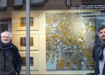 Rémy Trevisan und Arkas Förstner vor dem Schaufenster in der Oberndorfer Straße 5. Foto: pm