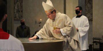 Der Limburger Bischof Georg Batzing hat den von Tobias Kammerer gestalteten Altar jüngst geweiht. Foto: pm