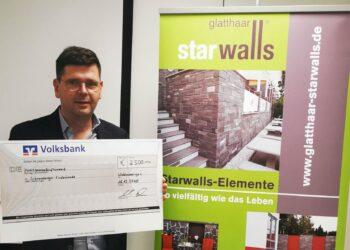 Mark Biesalski, Geschäftsführer von des Waldmössinger Betonwände-Herstellers Glatthaar Starwalls mit Spendenscheck. Foto: pm