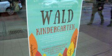 Elterninitiaitive wirbt für ih Pojekt mit Plakat im Buchlese-Schaufenster. Foto: him