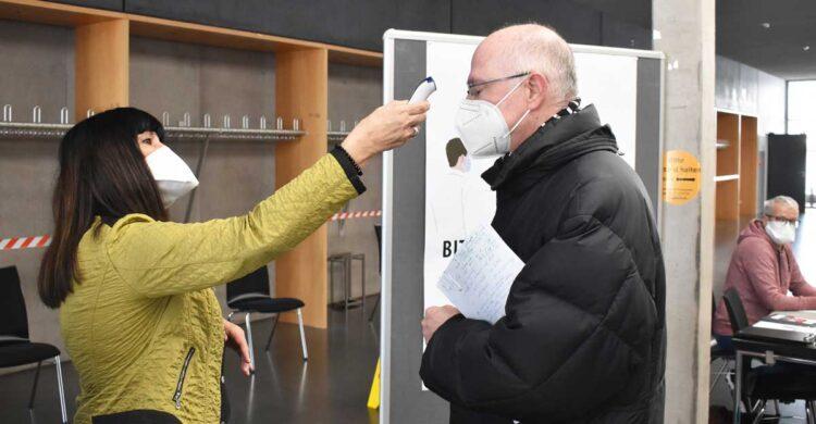 Erster Akt beim Eintritt ins KIZ: Fiebermessen (hier Silvia Glaser mit einem Besucher). Foto: wede