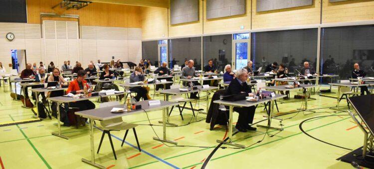 Der Gemeinderat in der Göllsdorfer Mehrzweckhalle. Archiv-Foto: wede