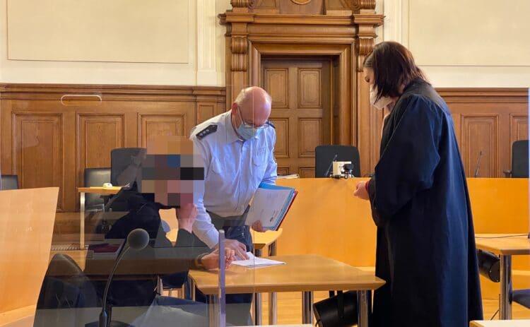 Einer der beiden Angeklagten mit seiner Anwältin und einem Justizangestellten im Rottweiler Schwurgerichtssaal. Foto: gg