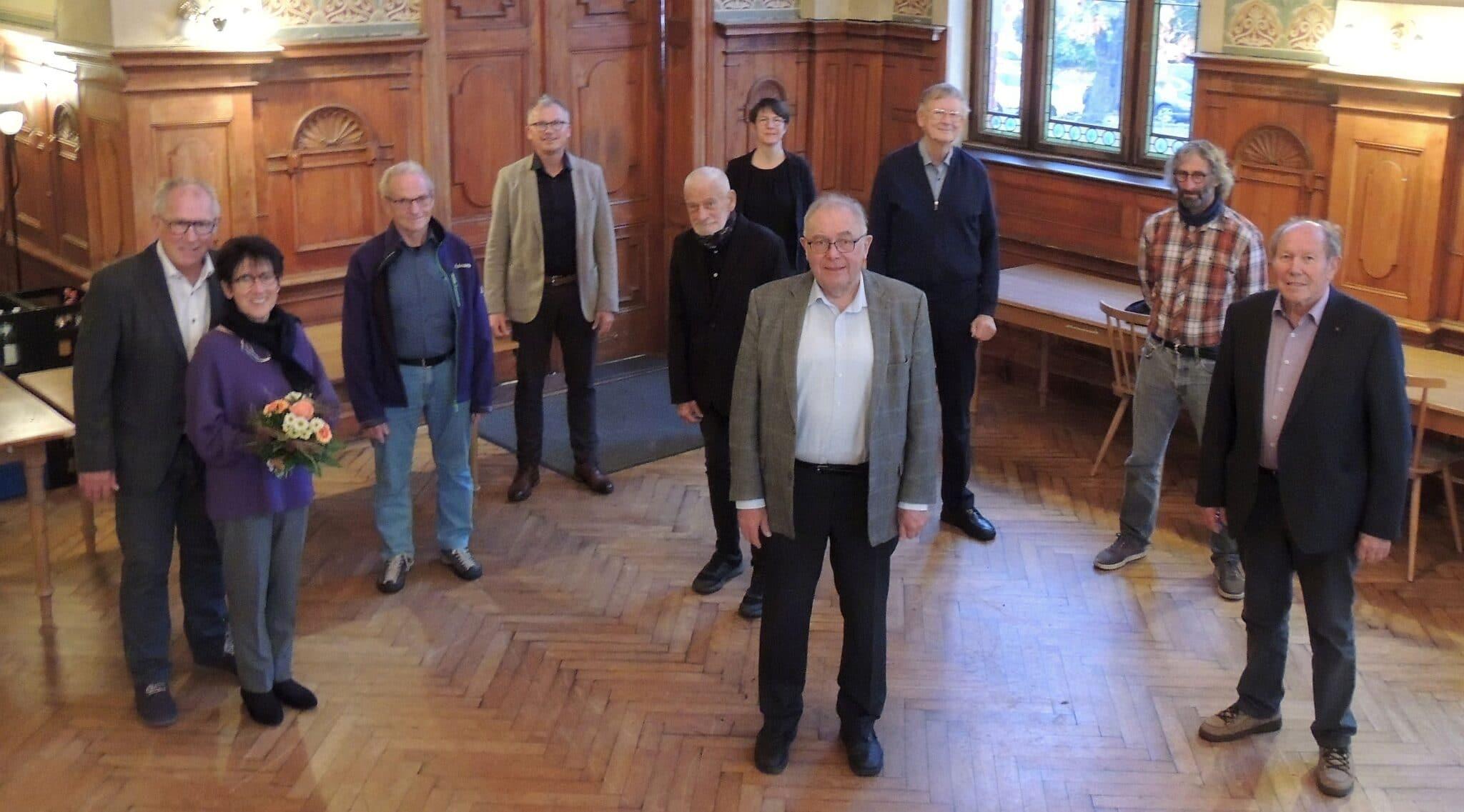 Im Hintergrund Rudolf Mager, 1. Vorsitzender und Stefanie Arnold, 2. Vorsitzende; von links: Herbert und Ute Bühler, Gebhard King, Elmar Schmucker, Anton Stier, Meinhart Gericke, Reiner Hils und Bernd Eberhardt. Foto: pm