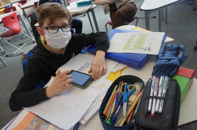 Die Notbetreuungsgruppe vor allem den jüngeren Schülern vor Ort die Teilnahme an den Konferenzen, falls die technischen Voraussetzungen zu Hause dies nicht zulassen. Fotos: KWS