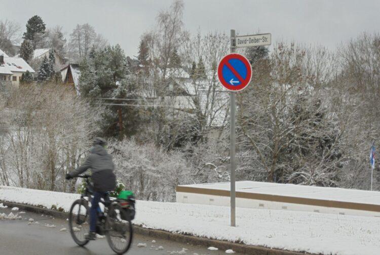 Auch das neue Jahr begann, ohne dass an der David-Deiber-Straße die im September 2019 beschlossenen Tempo-30-Schilder angebracht worden wären. Foto: him