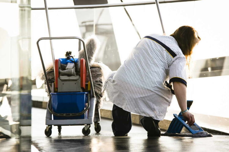 Gebäudereinigerinnen leisten durch ihre Arbeit einen Beitrag gegen die Infektionsgefahr in Betrieben, Büros und Behörden. Dennoch bleiben sie oft auf den Kosten für den eigenen Gesundheitsschutz sitzen, bemängelt die zuständige Gewerkschaft IG BAU.. Foto: pm