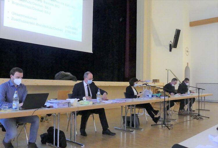 Andreas Krause (zweiter von rechts) stellt die Sanierungsarbeiten am Gymnasium vor. Fotos: him
