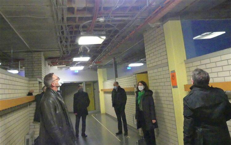 Mitglieder der Verwaltung und des Gemeinderats besichtigten Anfang Dezember 2020 das Schramberger Gymnasium. Fotos: him