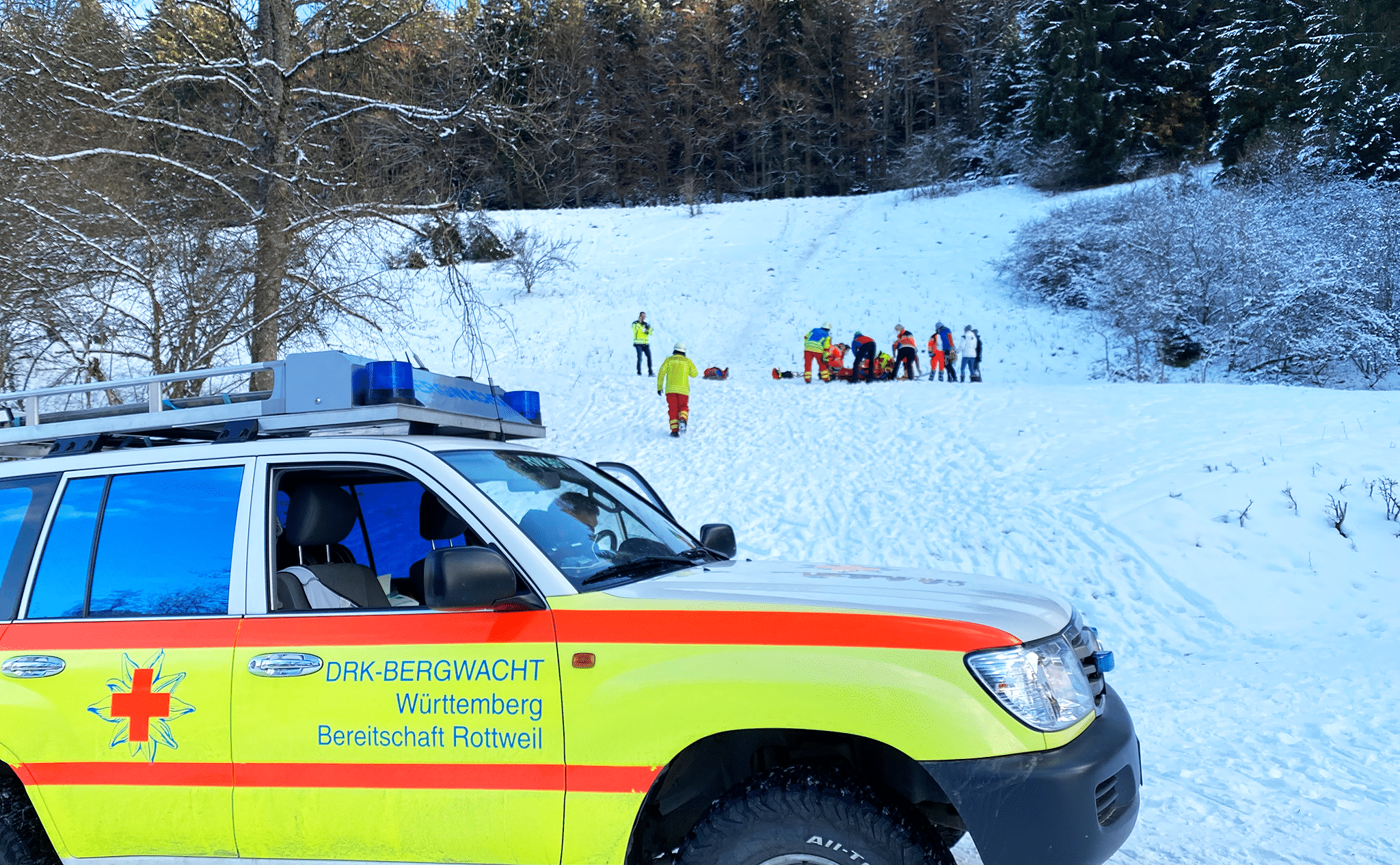 Bergwacht, Rettungsdienst und Feuerwehr retten einen gestürzten Schlittenfahrer gemeinsam bei Rottweil. Foto: gg