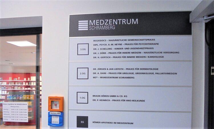 Wegweiser im Medzentrum: Ein Hinweis auf eine beliebte Medizinerin wird Ende März leider entfallen. Archiv-Foto: him