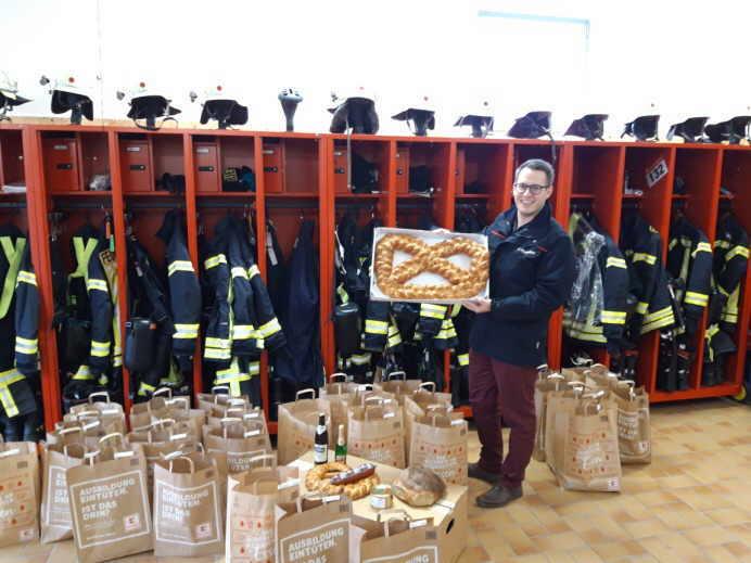Auch die große Neujahrsbrezel, die von der Bäckerei Fußnegger gespendet wird,   konnte ihrem Gewinner überreicht werden, der in diesem Jahr ausnahmsweise per Los ermittelt wurde. Foto: fw