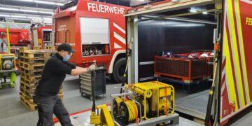 Der Abrollbehälter Logistik (AB-L) der Einsatzabteilung Oberndorf ist vorsorglich mit Hochwasser- und Schmutzwasserpumpen sowie Notstrompaletten bestückt worden.