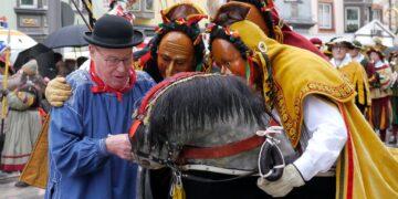 Das hat Tradition: eine Narrenwurst von Karl Hezinger. fürs Rössle. Archiv-Foto: Elke Reichenbach