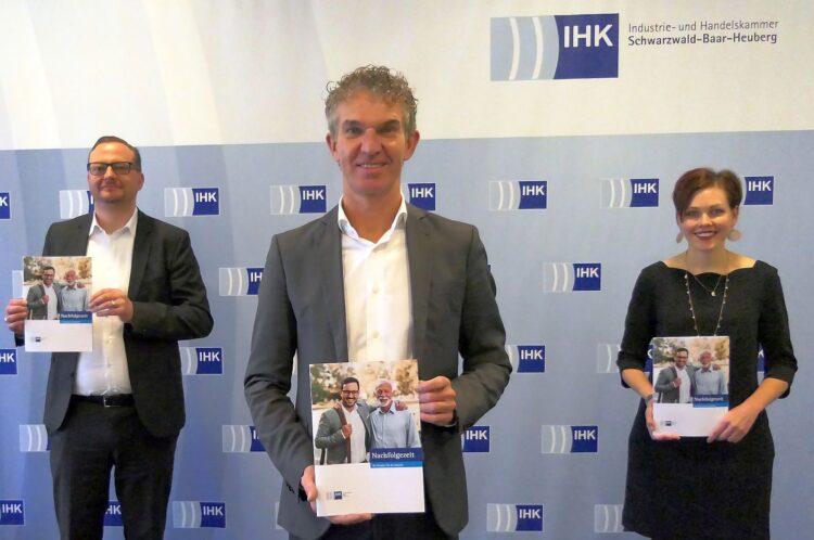 """: Präsentierten das neue Magazin """"IHK-Nachfolgezeit"""". IHK-Geschäftsbereichsleiter Thomas Wolf, IHK-Vizepräsident Achim Scheerer und Nachfolgeexpertin. Foto: pm"""