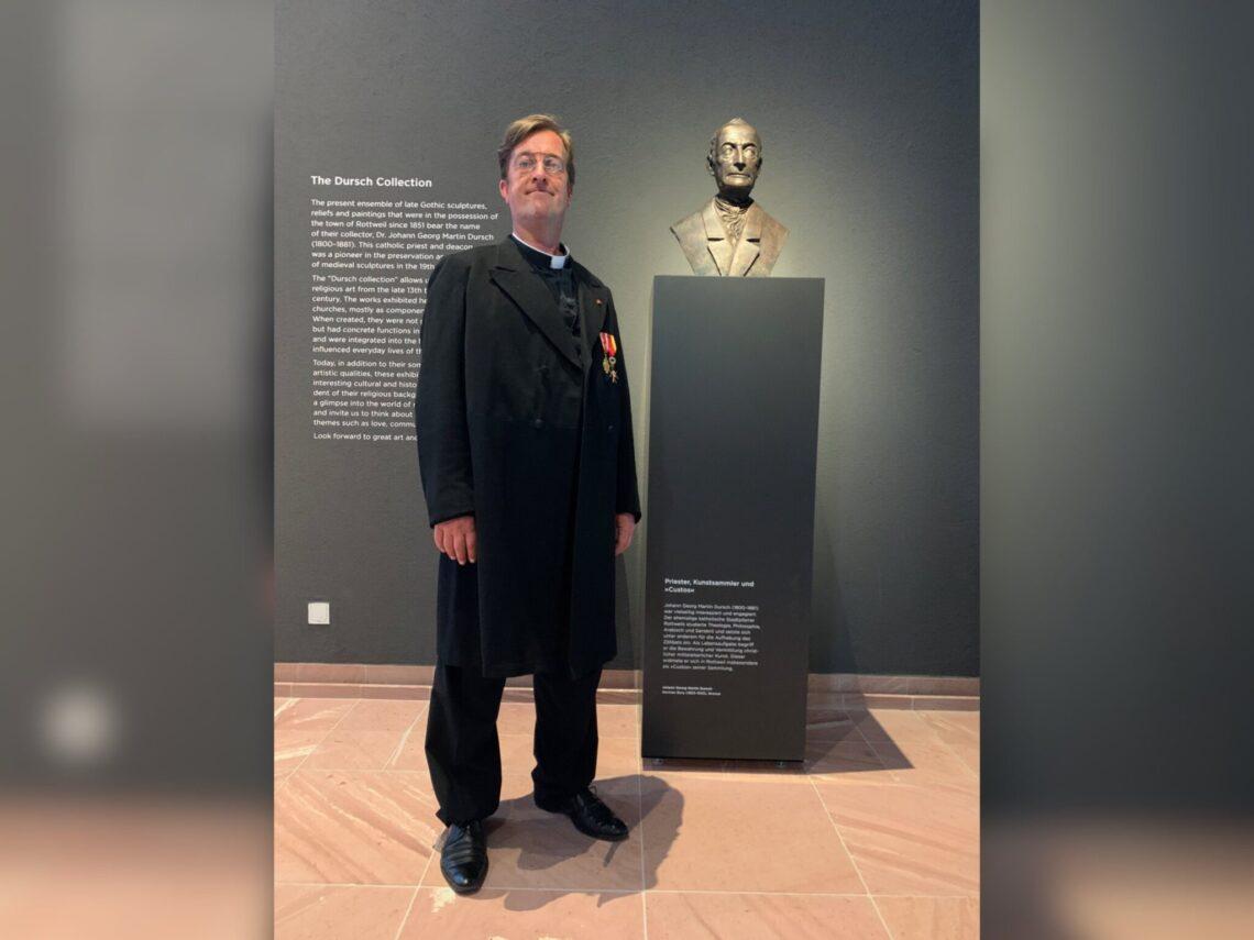 Schauspieler Thomas Giegerich schlüpft in die Rolle des Dekans Dr. Johann Georg Martin Dursch, Schöpfer der gleichnamigen Sammlung im Rottweiler Dominikanermuseum mit bedeutenden Werken mittelalterlicher Sakralkunst (Foto: Stadt Rottweil).