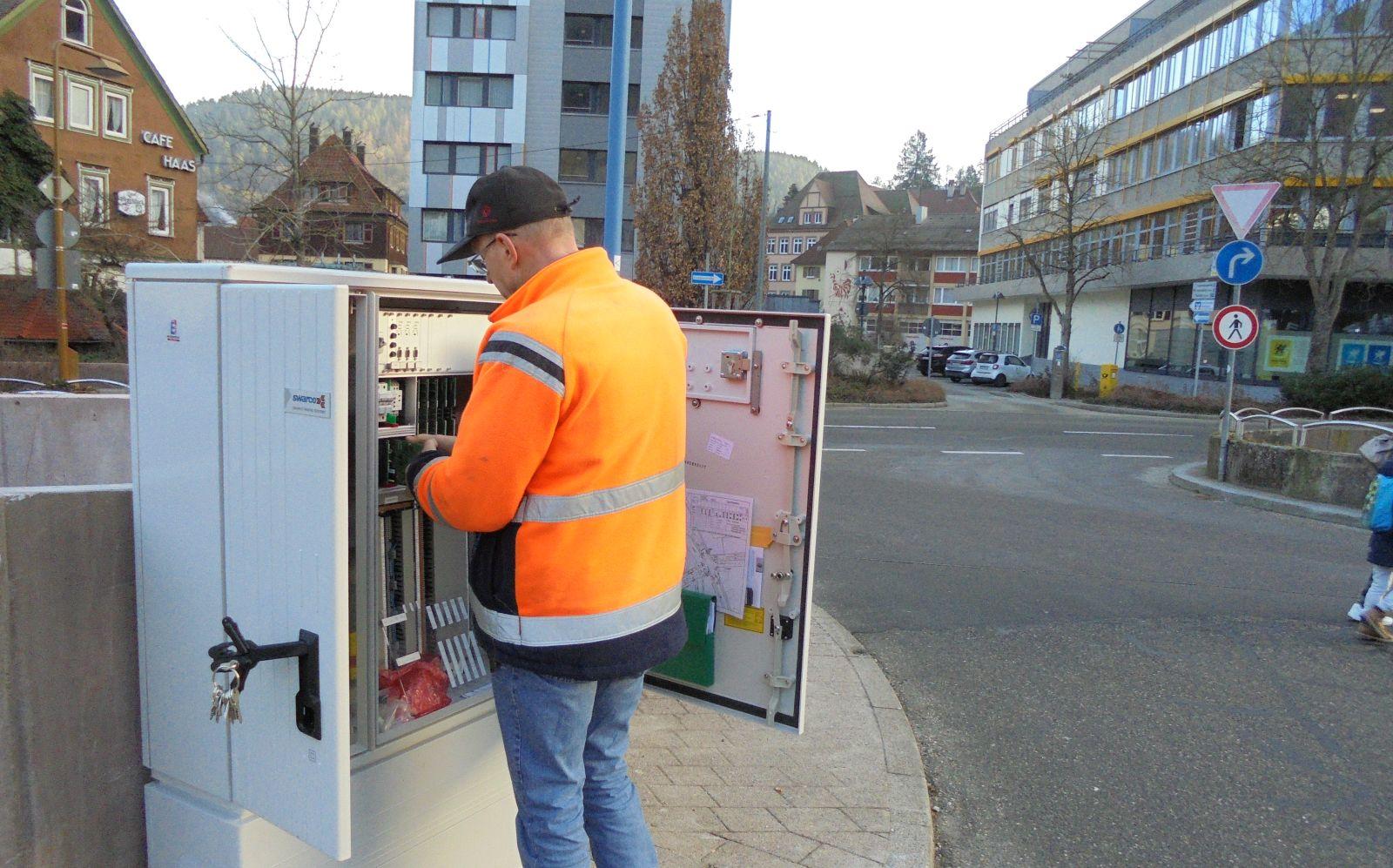 Die letzten Schaltarbeiten  beim ZOB erledigt ein Mitarbeiter der Firma Swarco. Foto: him