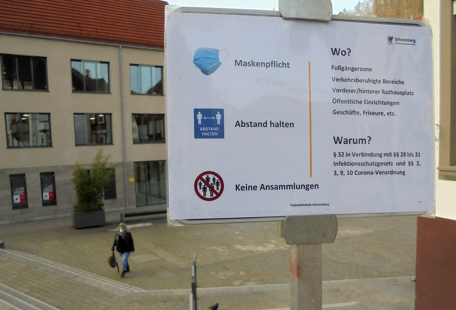 Seit Feitagmorgen weisen Schilder auf die Maskenpflicht und Abstandsregeln in der Schramberger Innenstadt hin - wie hier am Rathausplatz. Foto: him