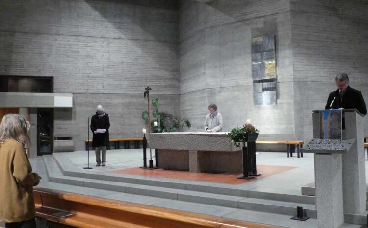 Pfarrer Timo Weber, Gabriele Leibrecht und Sigrun Mei in der Auferstehung-Christi-Kirche. Foto:Veronika Heckmann-Hageloch