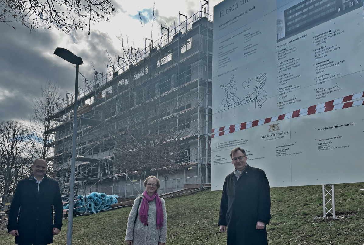 Landtagsabgeordneter Stefan Teufel (links), die ehemalige Stadträtin Gaby Ulbrich (Mitte) und Stadtrat Rasmus Reinhardt zeigen sich erfreut über den Baufortschritt bei der Erweiterung der Kriminalpolizeidirektion.Foto: pm