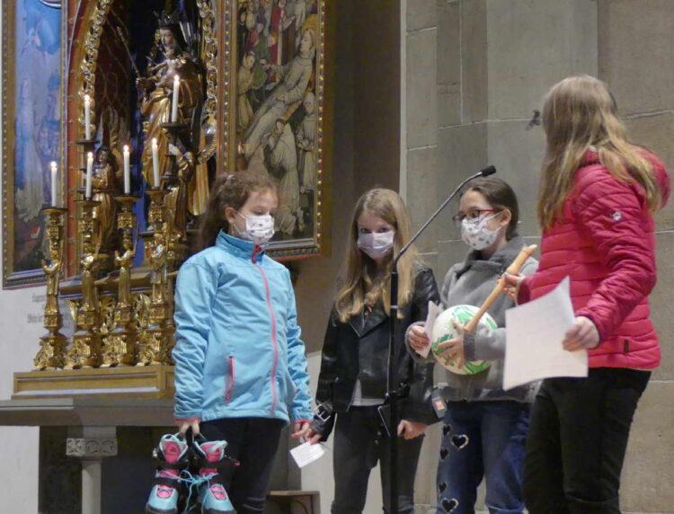 """Kinder mit den Symbolen iher """"Talente"""" bei der ersten Fastenandacht. Foto: vhh"""
