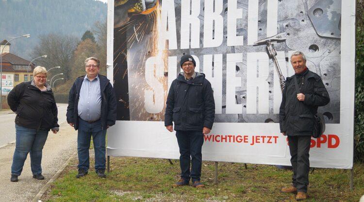 Tanja und Mirko Witkowski informierten Torsten Stumpf über Sxchramberg. Herbert O. Zinell begleitete die drei (von links). Foto: pm