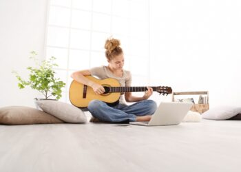 e-Learning, online musizieren lernen, AntonioGuillem iStock 1051185114, GettyImages-1033078542
