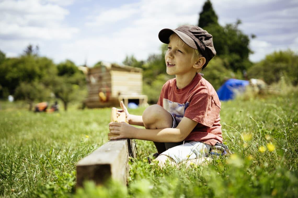 Die nächste Generation freut sich: Natürliche Baustoffe wie Holz schonen das Klima (Foto: Bausparkasse Schwäbisch Hall)