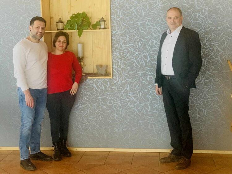 Von links die Pächter von La Favola in Zimmern mit Stefan Teufel MdL.. Foto: pm