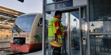 Rottweils Stadtbrandmeister Frank Müller Ende 2019 bei einem Einsatz an einem streikenden Aufzug am Rottweiler Bahnhof. Archiv-Foto: gg
