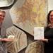 """Sophia Miller (links) und Martina Meyr (rechts) mit einem """"Mosaik TO GO""""-Paket vor dem Solmosaik im Dominikanermuseum.Foto: Dominikanermuseum"""