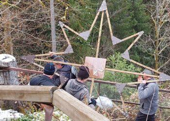 """Vorsichtig tragen zwei """"Falkensteiner"""" den Weihnachtsstern den schmalen Burgpfad hinunter. Fotos: pm"""