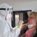 Mit gutem Beispiel voran: Schulleiterin Tanja Witkowski  beim PCR-Test. Foto: Schule