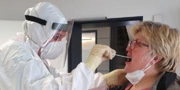 Schulleiterin Tanja Witkowski beim PCR-Test. Foto: Schule