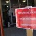 """Ein Schild im Eingangsbereich des Gottlob-Freithaler-Hauses weist auf die Schließung der Einrichtung """"bis auf Weiteres"""" hin. Foto: Sozialgemeinschaft"""