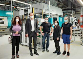 Kandidatin Sonja Rajsp mit Herzog Gears-Geschäftsführer Dr. Matthias Aust und Mitarbeitern. Foto: pm